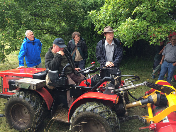 Landwirt Helmut Reeß auf einem Mulcher, assitiert von LEV-Fachkoordinator Thorsten Teichert