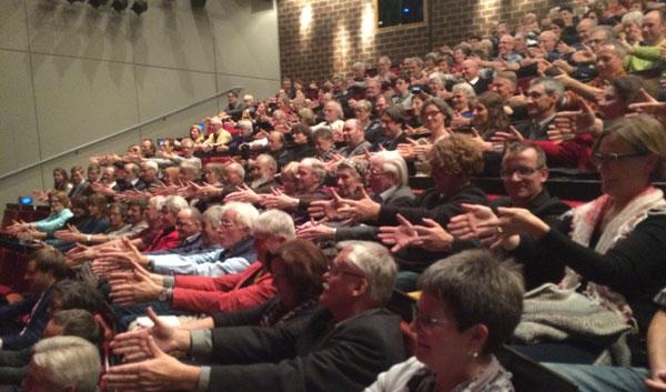 ... sondern brachte auch das Publikum dazu, sich die Arme zu verrenken ...