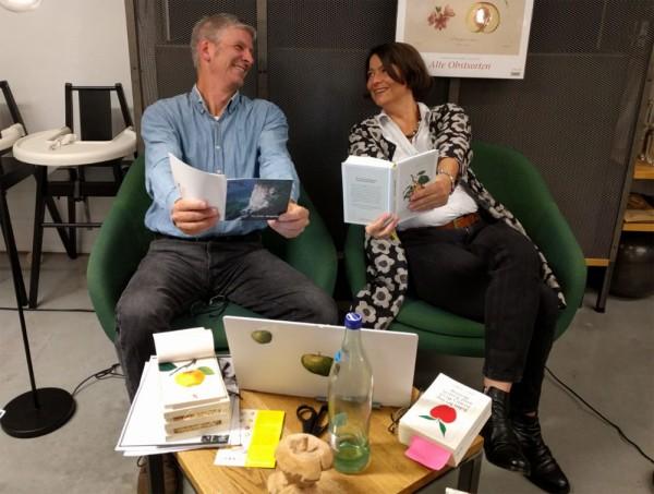 """Uli Eder und Pia Ziefle mit """"Apple""""-Computer"""