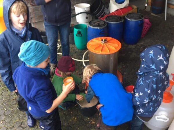Aus der Hydropresse kommt der frische Apfelsaft heraus.