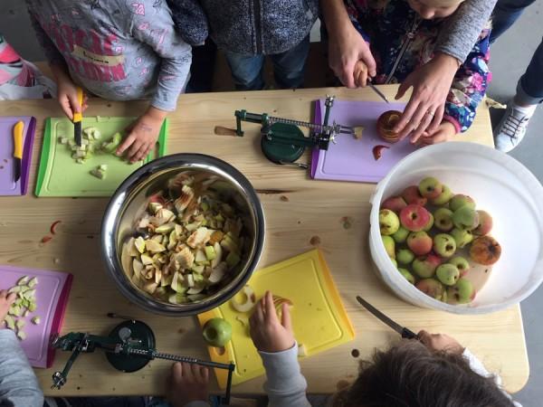 Kinder kochen in der Obstwerkstatt (Bild: Sabine Mall-Eder)