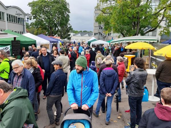 Schlechtes Wetter? Kennt der Mössinger nicht. Der gut gefüllte Löwensteinplatz beim 13. Mössinger Apfelfest.
