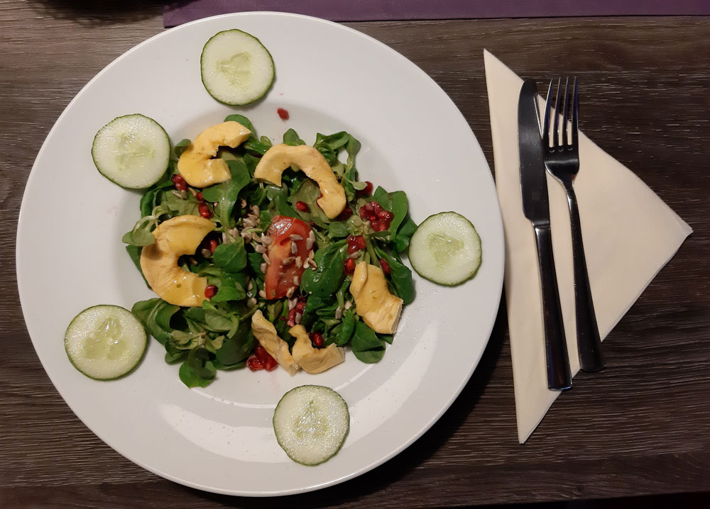 Herbstlicher Feldsalat mit Granatapfelkernen an Apfel-Vinaigrette