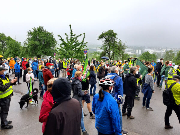 Viele Protestierende in bunten Regenjacken am Ofterdinger Friedhof
