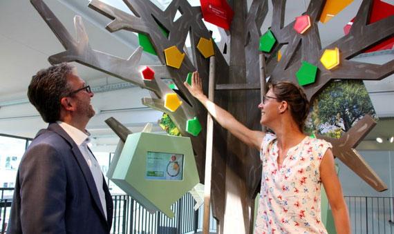 OB Michael Bulander, Vorsitzender und Maria Schropp, Geschäftsführerin des Schwäbischen Streuobstparadieses im neuen Infozentrum