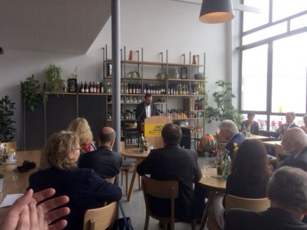 Bei der Eröffnung des Cafés Pausa. Am Rednerpult: Marcus Hölz.