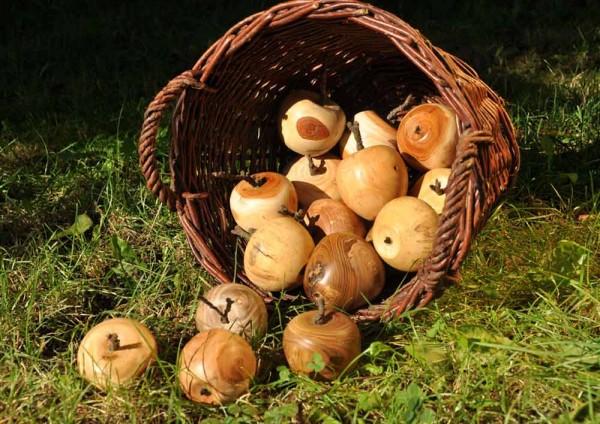 Gedrechselte Holzäpfel von Anneliese Wolf