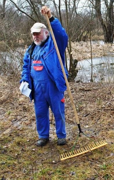 Jochen Nill, wie man ihn kennt: Bei der Arbeit in der Natur und für die Natur (Bild: NABU Mössingen)