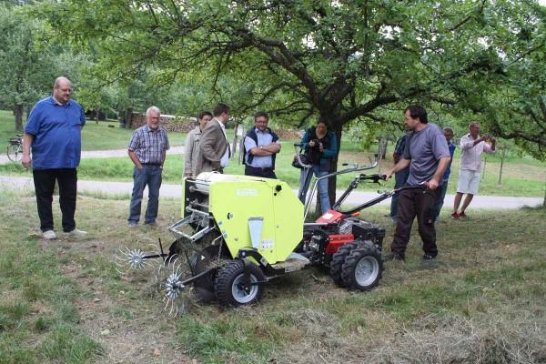Die Kleinballenpresse hilft dabei, das Schnittgut von den Wiesen zu entfernen und das Material zu vermarkten.
