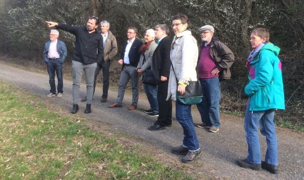 Beim Spaziergang am Panoramaweg: Marcus Hölz 2.v.(l.) zeigt MdB Stefan Schmidt (4.v.r.), wo der Mössinger den Moscht holt.