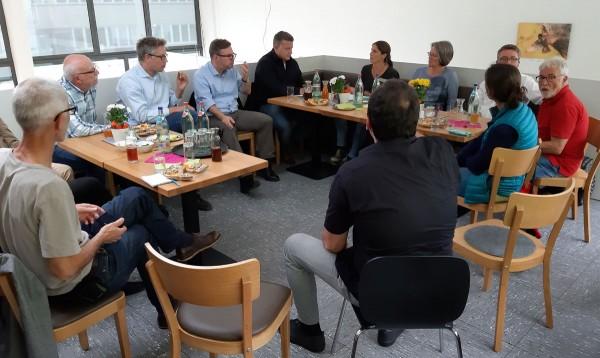 MdB Martin Rosemann und MdB Carsten Träger zu Besuch beim Netzwerk Streuobst Mössingen. Daneben Sabine Mall-Eder und Brigitte Hahn vom Netzwerk Streuobst, dann OB Michael Bulander und Hans Wener, OGV-Vorsitzender, vorne Gastgeber Marcus Hölz (AiS)