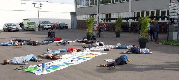 Die-In auf dem Löwensteinplatz: Fridays for Future demonstriert in Mössingen