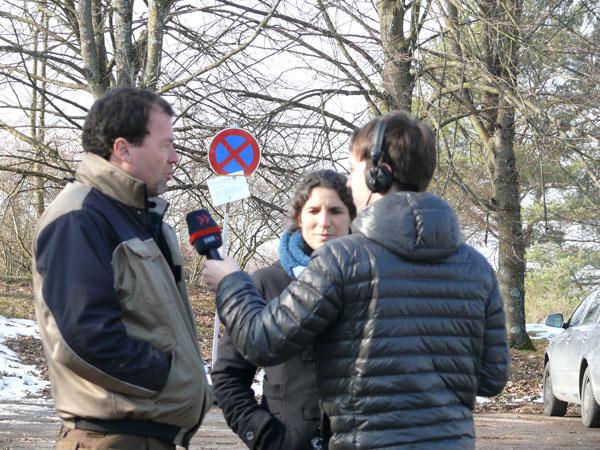 Marcus Hölz (AiS-Grüngruppe), Sabine Mall-Eder (Netzwerk Streuobst) und Georg Filser (SWR4) beim Interviewtermin auf dem Parkplatz Alter Morgen